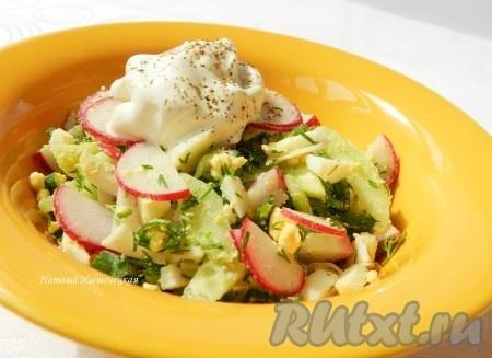 Весенний салат с редиской и огурцом