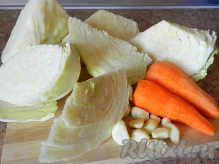 Очистить морковь и чеснок, с капусты снять верхние листья. Разрезать капусту на части и удалить кочерыжку.