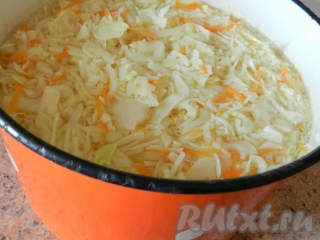 Горячим маринадом залить капусту.