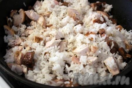 Всё соединить, перемешать, посолить по вкусу. Рис с шампиньонами и курицей готов.