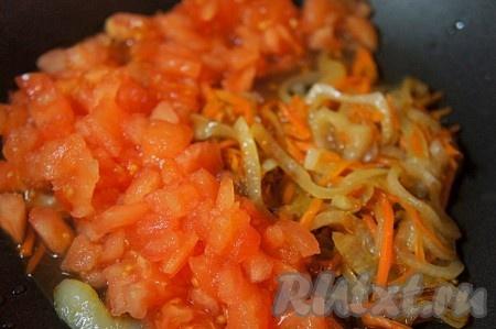 Добавить помидоры в пассированной моркови и луку и тушить ещё 3 минуты.