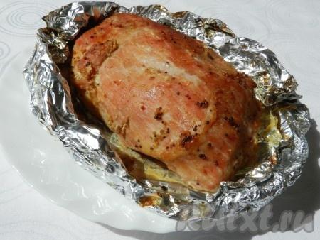 Запекать свиной окорок в разогретой до 200 градусов духовке 1 час 15 минут. За 10 минут до окончания, можно раскрыть фольгу, чтобы мясо подрумянилось, в это время полить мясо выделившимся соком.