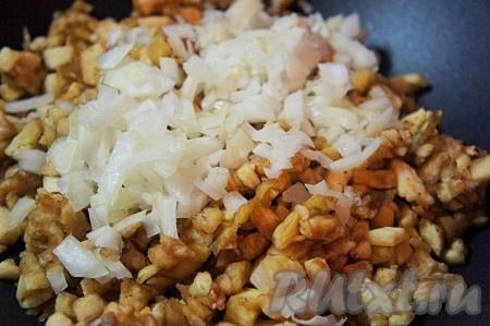 Добавить к мякоти мелко нарезанный репчатый лук, снова посолить и немного (около 3 минут) поджарить на сухой сковороде. Периодически перемешивайте.
