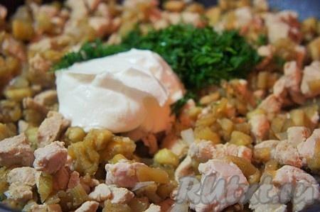 Соединить баклажаны, куриной филе. Добавить сметану, мелко нарезанный укроп, перемешать и тушить около 5-7 минут на медленном огне.