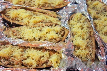 За 10-15 минут до готовности блюда, фольгу раскрыть и посыпать каждую лодочку тёртым сыром и снова отправить в духовку до образования румяной сырной корочки.