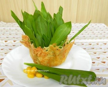 Сырные корзинки можно заполнить любым салатом по вашему вкусу и у вас получится оригинальная закуска.
