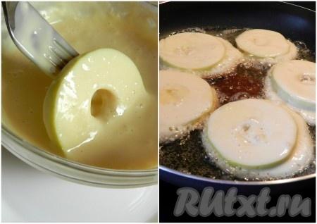 В сковороде разогреть масло. Нарезанные яблоки опускать в кляр и обжаривать с двух сторон, как оладьи.