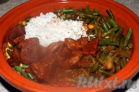 В глиняный горшок или обычную жаровню) выложить обжаренные овощи, обжаренное мясо с томатом и промытый рис.