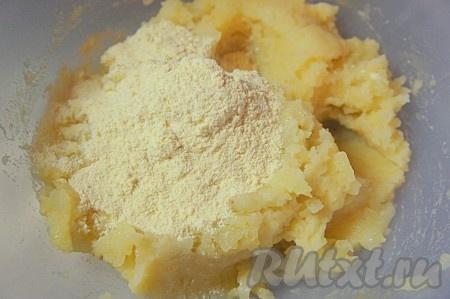 Добавить муку, вымесить картофельное тесто.