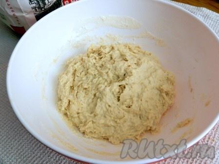 Приготовить опару для теста. Для этого в теплом молоке растворить 1 столовую ложку сахара и дрожжи, всыпать половину общего количества муки, перемешать, чтобы не было комочков, и поставить в теплое место на 1,5 часа.