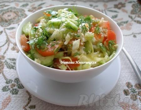 При подаче посыпать семенами кунжута наш вкусный овощной салатик из молодой капустки, помидорчиков и огурчиков.