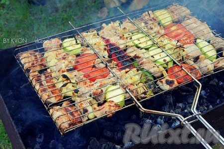 Готовить вкусный свиной шашлык с двух сторон до устойчивой золотистой корочки.