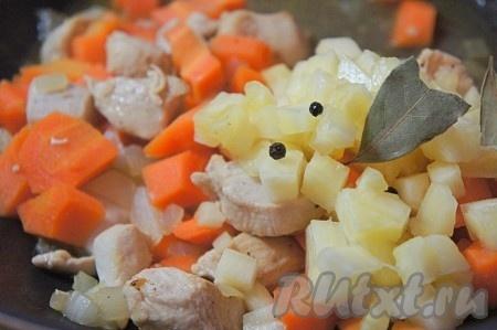 Ананас нарезать мелким кубиком, добавить в плов. Добавить перец горошком, лавровый лист, соль, перемешать и тушить ещё 3-5 минут. При необходимости добавьте немного воды.
