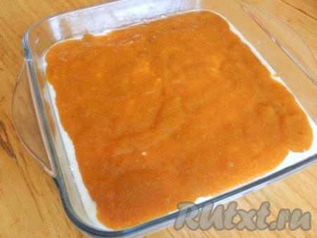 На творожную массу выложить слой абрикосового джема.