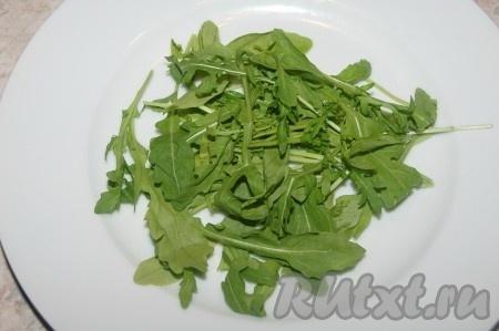 На тарелку выложить листовой салат.{amp}#xA;