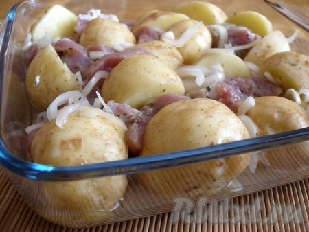 В форму для выпечки выложить мясо индейки, картофель, полить маринадом от мяса. Накрыть фольгой и поставить в разогретую до 200 градусов духовку на 1 час. За несколько минут до окончания запекания фольгу снять.