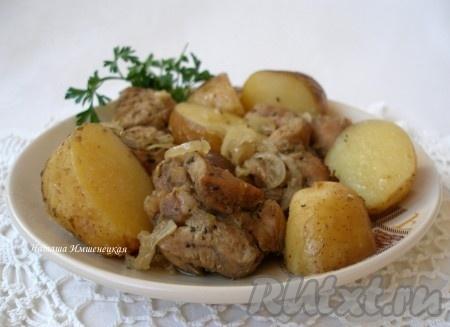 Ароматная индейка, запеченная с картофелем, готова.