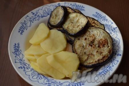 Затем баклажаны промыть и обжарить на сухой сковороде до золотистого цвета с двух сторон. Очищенный картофель нарезать тонкими кружочками.