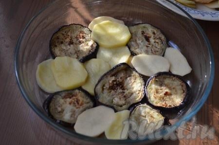 Форму смазать растительным маслом, выложить слои: баклажаны + картофель.