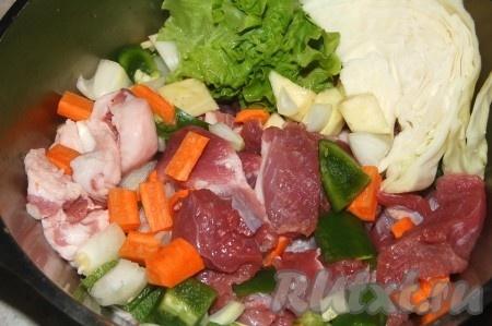 Приготовить мясо и овощи для получения котлетного фарша. Все порезать небольшими кусочками.