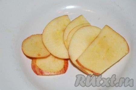 Для гарнира к котлетам с овощами нарезать яблоки тонкими ломтиками и обжарить их на той же сковороде, на которой жарились котлеты.