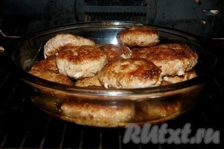 Если обжаривать котлеты в течение 10 минут с каждой стороны, то они будут полностью готовы и их можно будет подавать прямо со сковороды, а если их обжаривать только до румяной корочки, то затем их нужно выложить в огнеупорную форму и отправить в духовку при температуре 180 градусов на 15 минут.