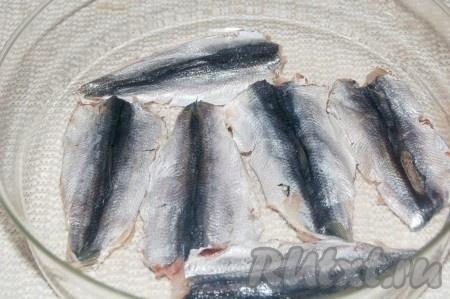 Выложить в емкость и пересыпать каждый слой рыбы солью. В таком виде оставить на 1 час при комнатной температуре.