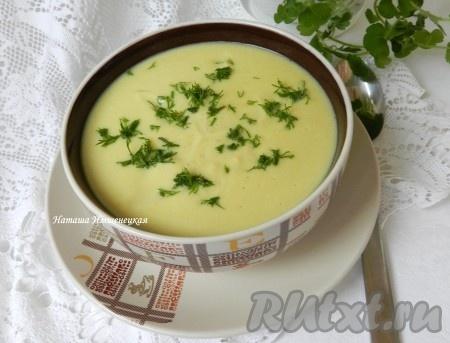 Готовое блюдо посыпать мелко нарезанной свежей зеленью. Вкусный, лёгкий, ароматный суп-пюре из кабачков с плавленным сыром можно подавать к столу.