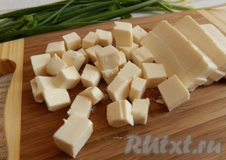 Плавленный сыр также нарезать кубиками.