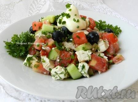 Смешать все ингредиенты, добавить промытую и нарезанную зелень, заправить салат с оливками, курицей и сыром домашним или покупным майонезом на свой вкус. Посолить и поперчить. Салат получается вкусным, ярким, сочным.