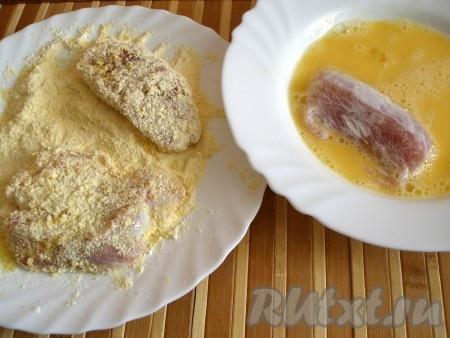 Кусочки индюшиного филе обмакнуть в яйцо, затем обвалять в смеси сухарей и муки.