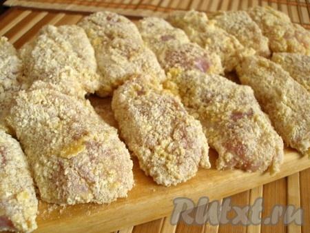 Выложить кусочки филе на разделочную доску. Можно приготовить наггетсы из индюшиного филе сразу, а можно поместить в морозилку и заморозить.