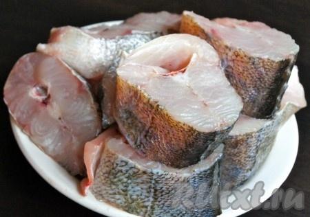 Рыбу очищаем, потрошим, хорошенько промываем и нарезаем на стейки.