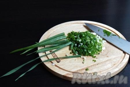 Шинкуем зеленый лук и чеснок.