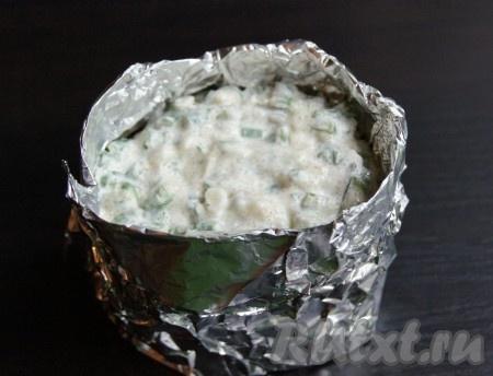 """На судака кладем """"шубу"""" из зеленого лука, чеснока, икры и сметаны. Отправляем судака под шубой в разогретую до 200 градусов духовку на 30 минут."""