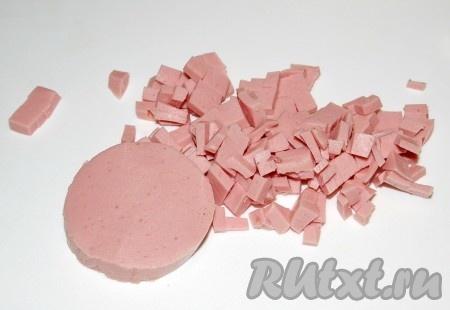 Вареную колбасу нарезать мелкими кубиками.