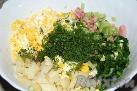Соединить в большой миске нарезанные картофель, огурец, яйцо, колбасу, лук. Добавить мелко нарезанный укроп. Перемешать аккуратно.