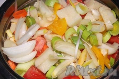 Картофель, перец сладкий, морковь, репчатый лук, томаты, лук порей почистить и нарезать.