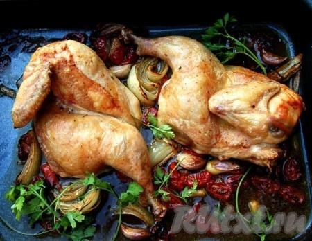 Через 40-50 минут проверяем нашу вкусную, сочную курицу и, если она готова, вынимаем противень из духовки.