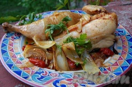 Выкладываем курочку с помидорами и луком на тарелку и приступаем к трапезе.