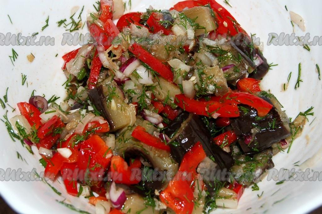 Салат с луком и баклажанами