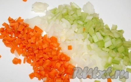 Нарезать морковь, лук репчатый и сельдерей маленькими кубиками.