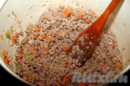 Добавить соль, перец. Все время помешивать. Жарить до готовности, но ни в коем случае не пережарить.