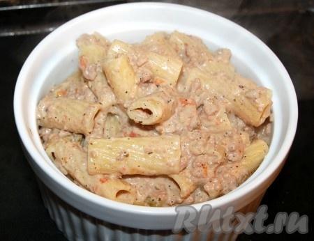 Теперь переложить макароны с соусом в то блюдо, в котором они будут подаваться. Можно делать порционно, а можно использовать большое блюдо.
