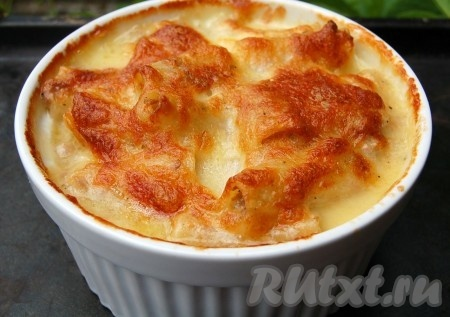 Достать пасту болоньезе с фаршем из духовки. Сыр должен подрумяниться, как на фото.