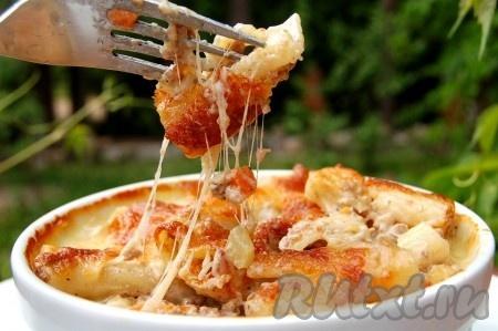 Кушать блюдо нужно горячим, как только вынули из духовки, но и не забывать об осторожности, чтобы не обжечься. Паста болоньезе с фаршем получается потрясающе вкусной.