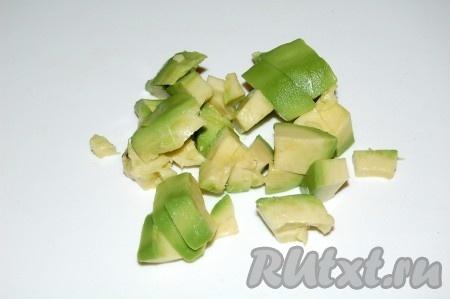 Авокадо очистить от кожуры и нарезать небольшими кубиками.