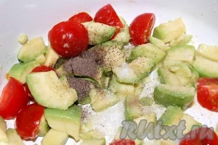 Смешать в одной миске авокадо с помидорами, посолить салат, поперчить, выжать сок лимона.
