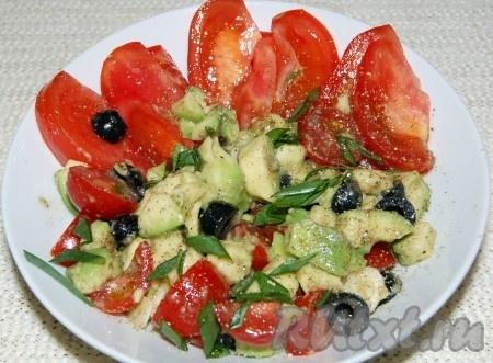 Аккуратно перемешать и наш вкусный, полезный салатик готов. Полить оливковым маслом. Сверху салат из авокадо и помидоров можно посыпать зеленью, зеленым луком.
