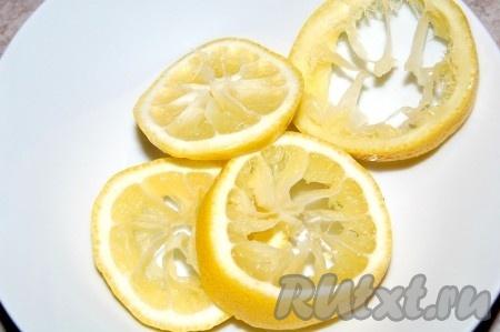 Промытую рыбу сложить снова в миску. Полить лимонным соком.